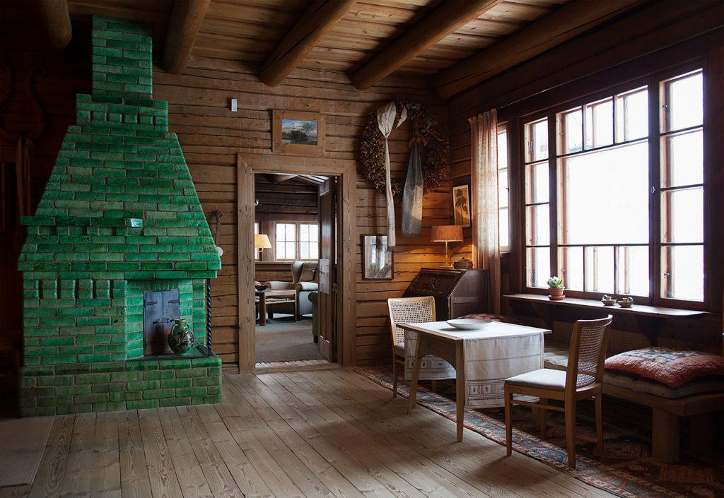 Ainolan ruokasali ja vihreä takka