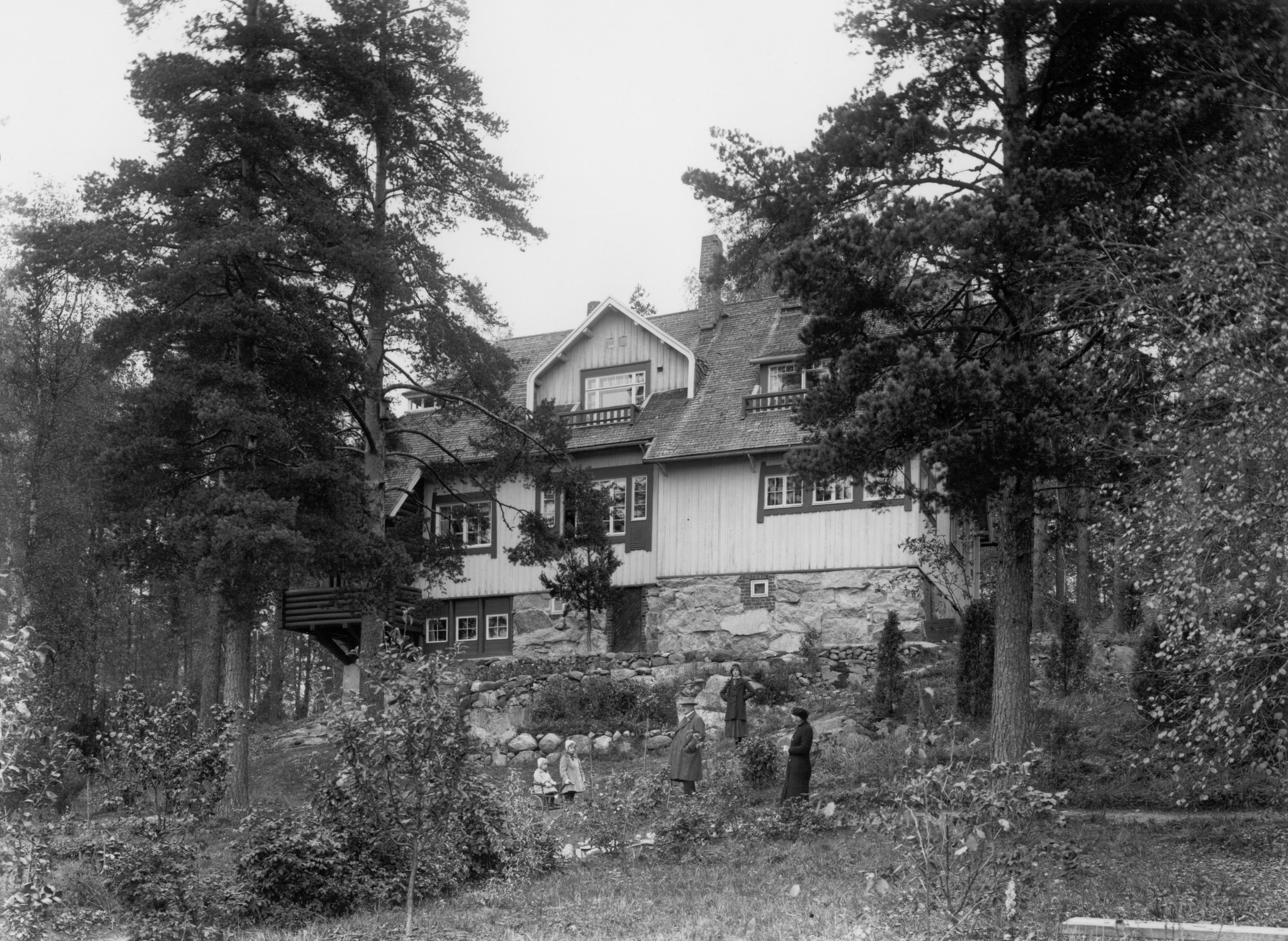 1915 . Ainolan puutarhassa Sibelius ja Aino sekä tyttäret Heidi, Margareta ja Katarina.