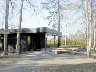 Aulis Blomstedtin 1974 suunnittelema kahvila- ja lipunmyyntirakennus. Tummanruskeassa, tasakattoisessa rakennuksessa ovat myös museon toimistotilat.